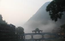早上凤凰古城图片