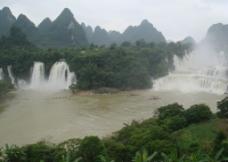 群山环绕 瀑布图片