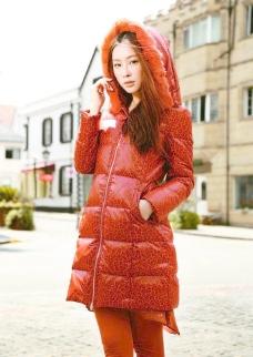 红色羽绒服图片