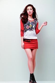 平面模特红色服饰图片