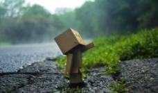 寂寞失落的盒子先生在路边图片