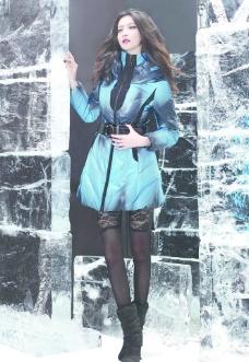 平面模特蓝色羽绒服图片
